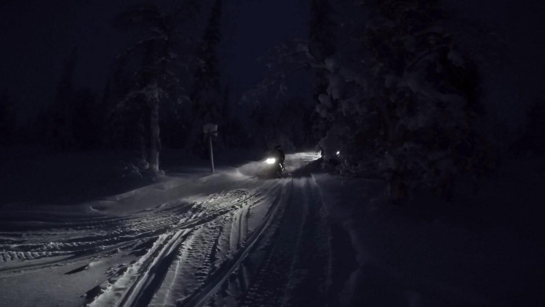Sneeuwscooter tocht door Fins Lapland