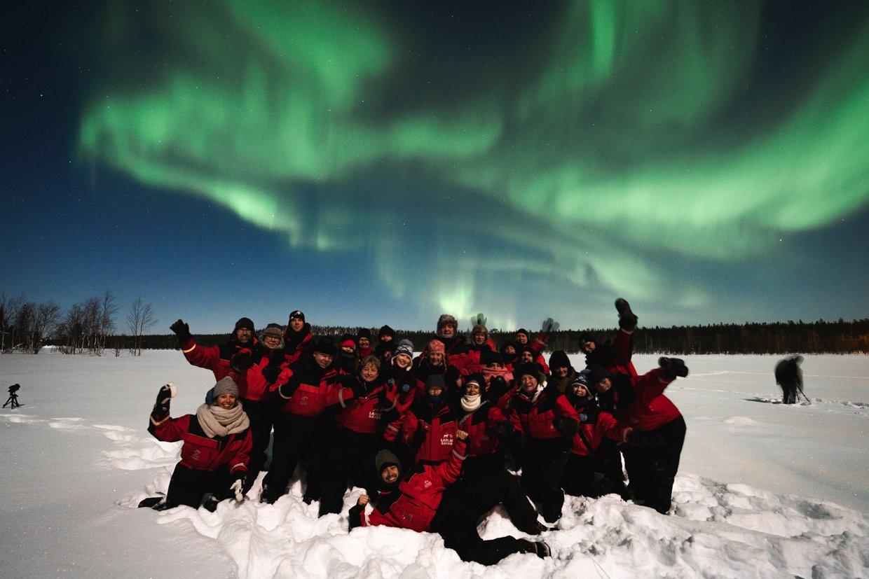 Op de sneeuwscooter en noorderlicht van een coronaal gat